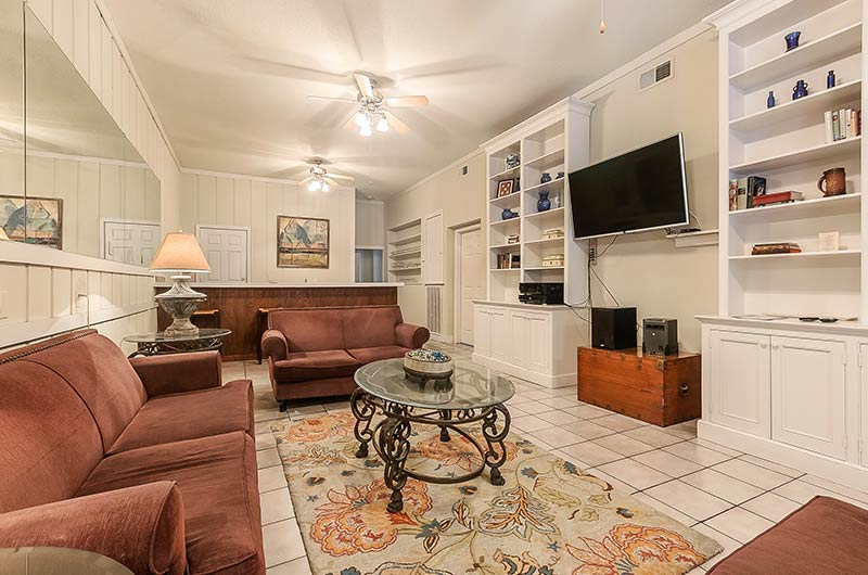 Spacious Party and Entertaining Room